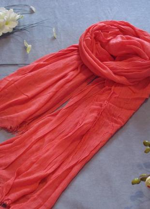 Коралловый шарф-палантин