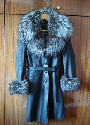 Черное кожаное пальто с мехом чернобурки