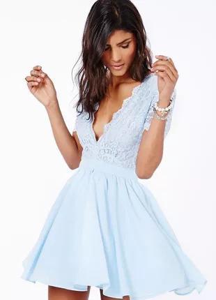 Голубое платье с открытой спиной