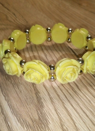 Желтый браслет с розами