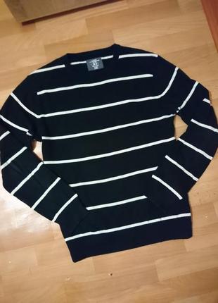 Черный свитерок в белую полоску