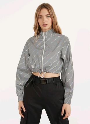 Укороченная светоотражающая куртка от Bershka.
