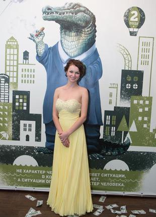 Желтое плиссированное вечернее платье в пол