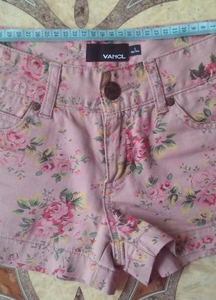 Нежно-розовые шортики с цветочным принтом