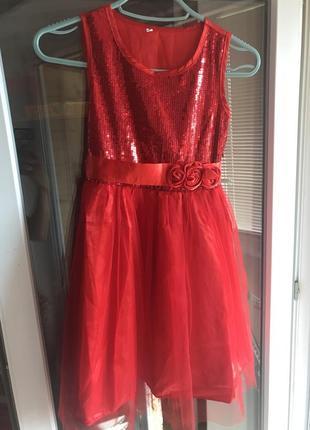 Яркое нарядное платье с пайетками