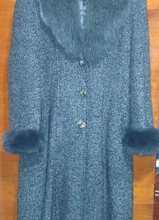 Зимнее пальто с воротником и манжетами из натурального песца