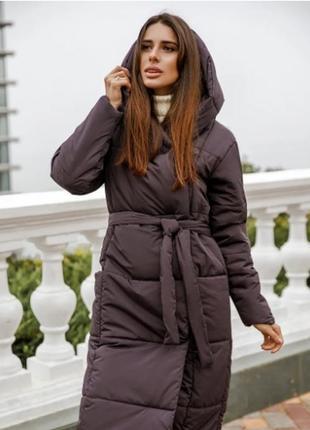 Зимняя длинная куртка с капюшоном стеганная темно-смородиновый