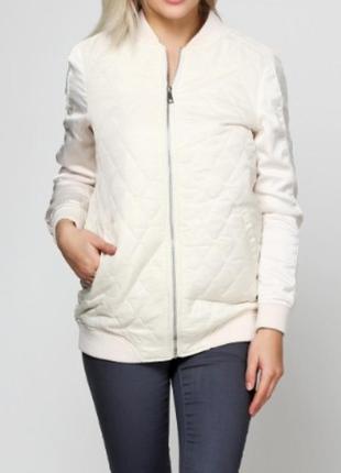 Отличная курточка бомбер молочного цвета бренда stradivarius s