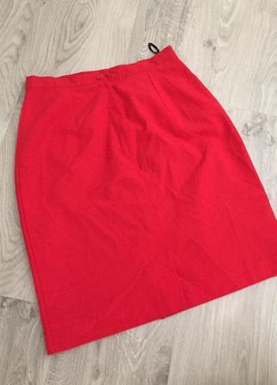Красивая красная юбка с завышенной талией