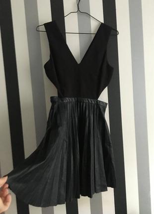 Классное платье с плиссированной юбкой из кожзаменителя