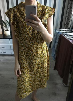 Красивое платье горчичного цвета в цветах