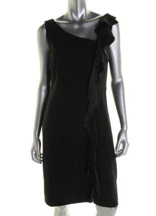 Маленькое черное платье с вертикальной каскадной оборкой  слев...