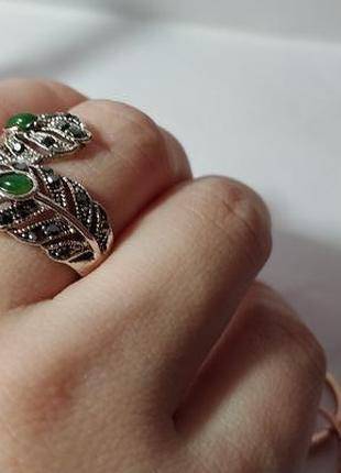 Винтажное кольцо с камнями и под капельное серебром.