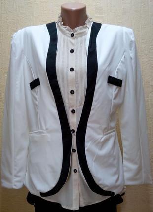 Пиджак белый с черной отделкой