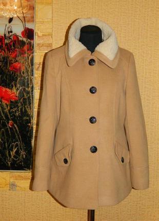 Пальто женское демисезонное бежевое на пуговицах с меховым вор...