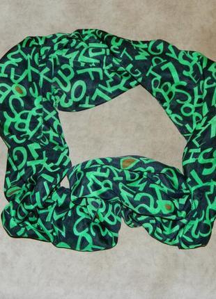 Шарф хомут женский легкий новый черный с зелеными буквами.