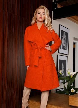 Модное пальто сочного оранжевого цвета