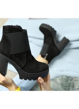 Черные замшевые ботинки на устойчивом каблуке
