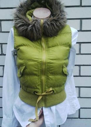 Красивая,яркая,теплая жилетка,пуховик,куртка с капюшеном обшит...