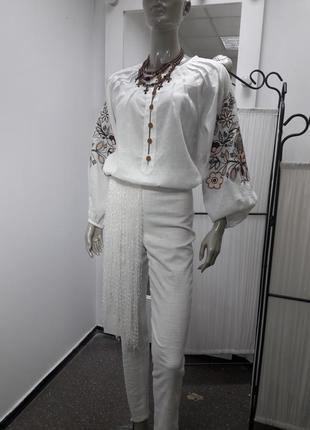 Сучасна вишивана сорочка з серпанку