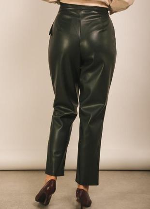 Удобные брюки из эко кожи с завышенной талией