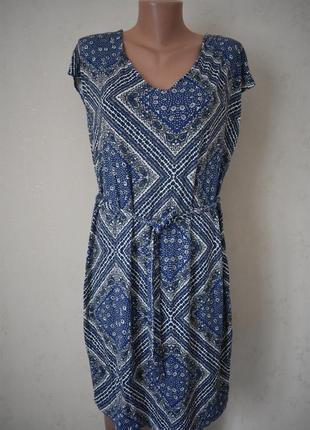 Новое трикотажное платье с принтом