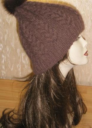 """Женская шапка ручной работы""""Молочный шоколад"""" с помпоном из меха"""