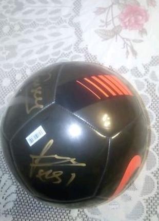 М'яч з автографами гравців Шахтаря а саме: Фонсеки і Феррейри