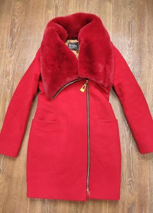 Шикарное красное теплое пальто с мехом