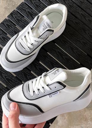 Стильные белые с серым кроссовки кеды