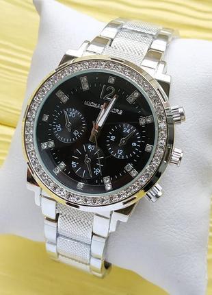 Женские наручные часы серебристого цвета с черным циферблатом,...