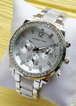 Серебристые женские часы с рифленым браслетом и стразами вокру...