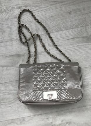 Бежевая лаковая сумка через плечо