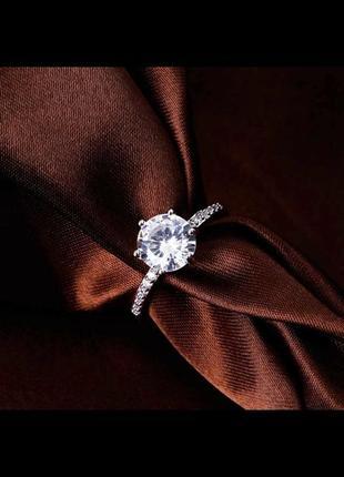 Актуальное кольцо в камнях с большим камнем как обручальное