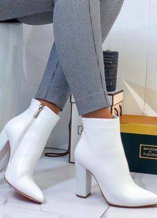 Ботильоны женские белые на высоком каблуке