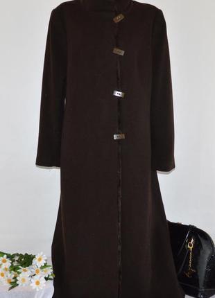 Шоколадное шерстяное демисезонное пальто с меховым воротником ...