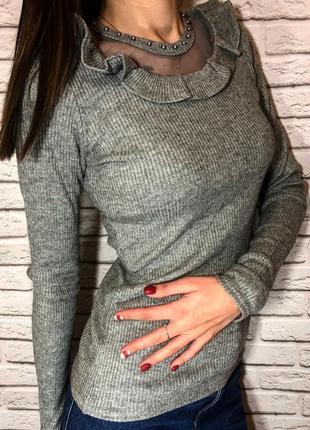 Актуальный свитер в рубчик серый с жабо новый