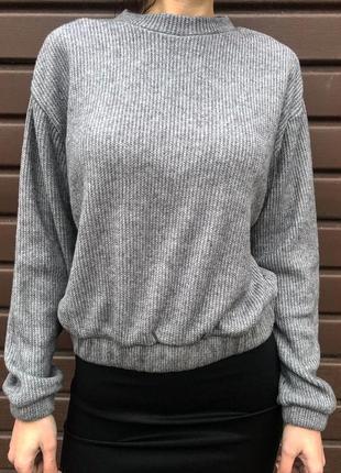 Шикарный модный мягкий короткий свитер в рубчик серого цвета н...
