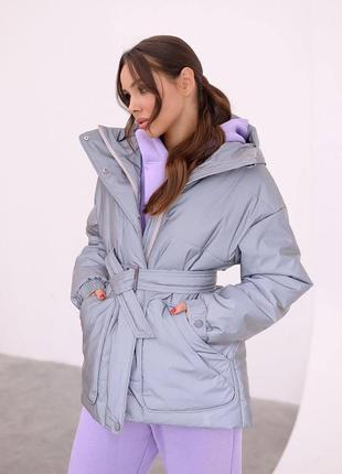 Серая тёплая зимняя куртка на утеплителе с карманами и капюшоном