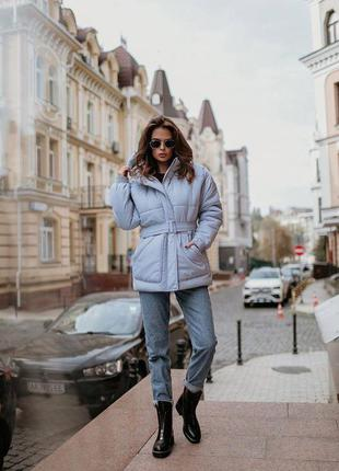 Серо голубая зимняя куртка на утеплителе с карманами и капюшоном