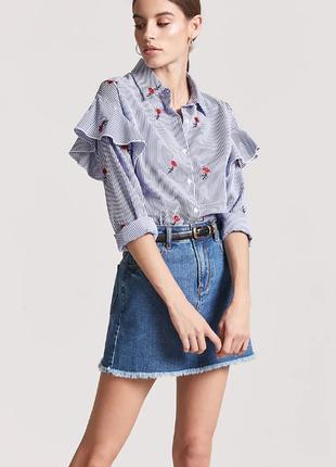 Стильная рубашка оверсайз с рюшами и вышивкой цветы