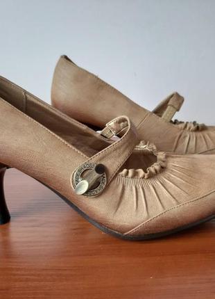 Женские туфли коричневые на каблуках