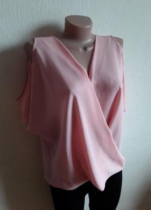 Пудровая блузка с открытыми плечами