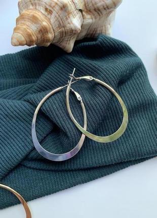 Стильные серьги кольца серебряного цвета