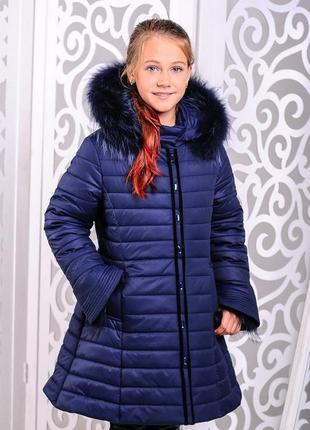 Красивая приталенная с бантом зимняя темно-синяя куртка-пальто...
