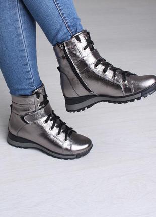 Серебристые стильные зимние женские кожаные ботинки на шнурках...