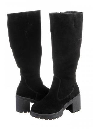 Стильные удобные женские замшевые зимние сапоги черные на плат...