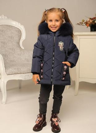 Красивая модная зимняя куртка на девочку темно-синяя нашивка l...
