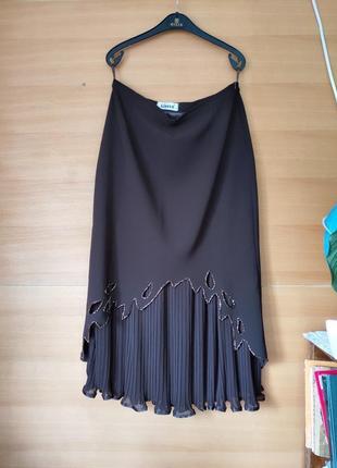 Женственная юбка ниже колена с плисированной вставкой расшитая би