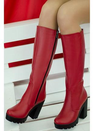 Красные женские кожаные демисезонные сапоги на платформе тракт...
